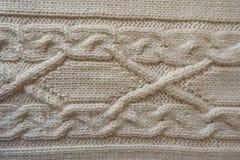 与水平的缆绳编织样式的米黄手工制造纺织品 免版税库存图片