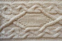 与水平的辫子样式的白色手工制造knitwork 免版税库存照片