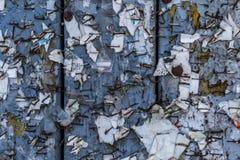 与水平被撕毁的被剥皮的海报的摘要的老都市广告牌 库存照片