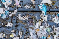 与水平被撕毁的被剥皮的海报的摘要的老都市广告牌 库存图片