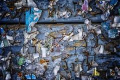 与水平被撕毁的被剥皮的海报的摘要的老都市广告牌 图库摄影