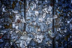 与水平被撕毁的被剥皮的海报的摘要的老都市广告牌 免版税图库摄影
