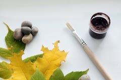 与水彩和油漆刷的秋天 图库摄影
