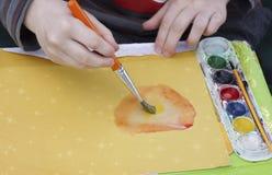 与水彩的儿童油漆 免版税库存照片