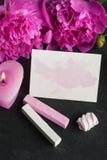 与水彩的明信片飞溅,牡丹花 免版税库存图片