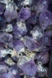与水晶ametist的未加工的紫罗兰色紫色的岩石 免版税库存照片