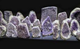 与水晶ametist的未加工的紫罗兰色紫色的岩石 库存图片