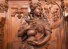 与水木雕象的天使在17世纪天主教会圣查尔斯Borromeo里面 库存图片