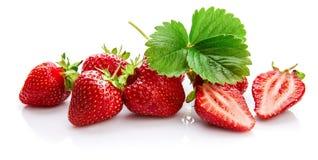与水果绿色的叶子的莓果草莓仍然 免版税库存图片
