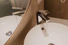 与水槽和龙头的卫生间内部 免版税库存照片