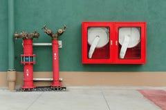 与水水管的消防栓和火熄灭 库存照片
