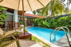 与水池的别墅在一家热带旅馆里 免版税库存照片