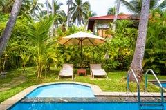 与水池的别墅在热带旅馆里 免版税库存照片