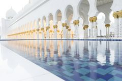 与水池的雪白画廊 全部清真寺回教族长zayed 库存图片
