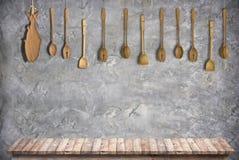 与水泥墙壁的木台式厨房室背景的 免版税库存照片
