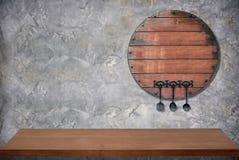 与水泥墙壁的木空的顶面桌厨房室backgro的 免版税库存图片