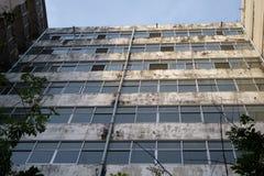 与水泥纹理的一个大厦与裂缝 免版税库存图片