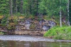 与水流量和峭壁的风景 克拉斯诺亚尔斯克疆土,俄罗斯 免版税库存图片