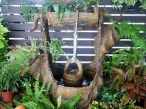 与水流量,许多绿色和红色植物, po的庭院装饰 库存图片