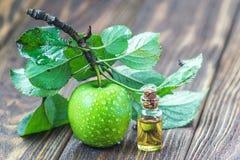 与水滴和叶子在木桌上,宏指令的一个成熟绿色苹果在选择聚焦 图库摄影
