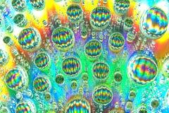 与水滴的抽象派五颜六色的表面上 库存照片