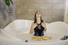 与水滴被抹上的构成的年轻女人画象 库存图片