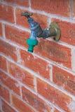 与水管连接器的外部轻拍,被关闭 免版税库存图片