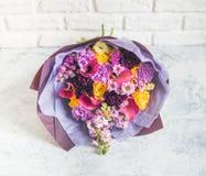 与水芋属的极端接近的淡紫色花束 库存照片