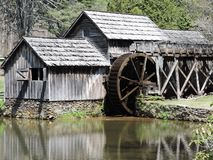 与水轮的老磨房由池塘 库存照片