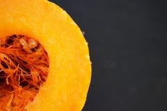 与汁液下落,南瓜的核心的切的南瓜 库存图片