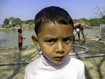 与求知欲的村庄孩子 免版税库存图片