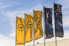与汉莎航空公司标志、allian的起重机和的星的汉莎航空公司旗子 图库摄影