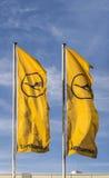 与汉莎航空公司标志、allian的起重机和的星的汉莎航空公司旗子 库存图片