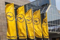 与汉莎航空公司标志的汉莎航空公司旗子,起重机在法兰克福 免版税库存照片