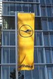 与汉莎航空公司略写法,起重机的汉莎航空公司旗子 库存照片