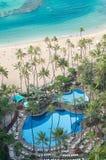 与池和棕榈树的海洋海滩 免版税库存图片