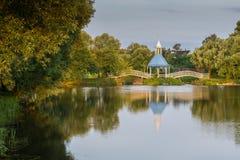 与池塘和桥梁的美丽如画的风景 免版税图库摄影