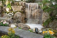 与池塘和花的水特点 免版税库存照片