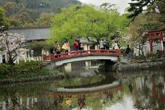 与池塘的日本人寺庙在春天 库存图片
