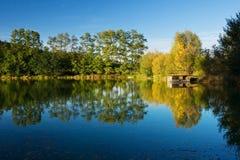 与池塘的秋天横向 免版税库存照片