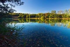 与池塘的秋天横向 库存照片