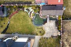 与池塘的美妙地环境美化的休闲房子村庄复合体鸟瞰图在生态区域在明亮的好日子 ?? 库存照片