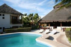 与池的度假胜地在Tulum海滩-墨西哥 库存照片