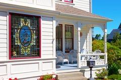 与污点玻璃窗的历史白色美国房子门廊 免版税库存照片