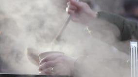 与汤蒸气的街道食物 股票录像
