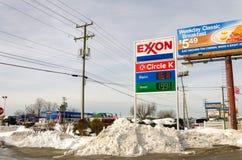 与汽油价格的加油站在$2以下 库存图片