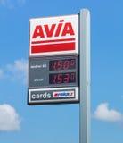 与汽油价格的AVIA标志在加油站 免版税库存图片