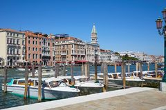 与汽艇的威尼斯,大运河视图在意大利乘出租车,圣马克钟楼 免版税图库摄影