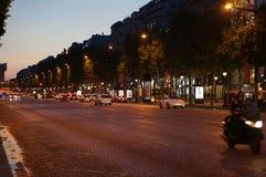 与汽车光的迷离背景在晚上 免版税库存图片