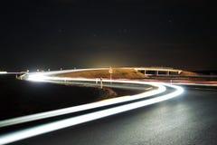 与汽车光的高速公路天桥 免版税图库摄影